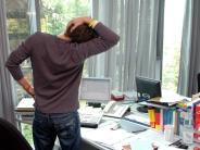 Hoch vom Schreibtischstuhl: Fit bleiben: Sich selbst an Bewegung im Büro erinnern