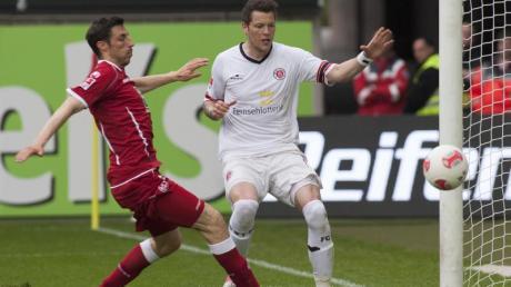 Mathias Abel (l) kann das 2:0 durch Daniel Ginczek nicht verhindern.