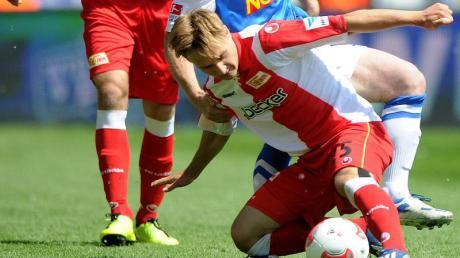 Der Berliner Adam Nemec (l) behauptet geschickt den Ball gegen den Bochumer Paul Freier.