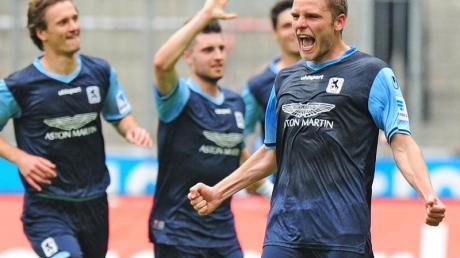 Der Münchner Dominik Stahl (r) traf per indirektem Freistoß zum 1:0.