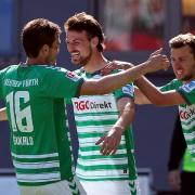 Der Fürther Ilir Azemi (M.) jubelt mit Goran Sukalo (l) und Tom Weilandt über seinen Treffer zum 1:0.