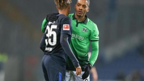 Charlison Benschop (r) kommt ablösefrei von Hannover nach Ingolstadt. Foto: Friso Gentsch