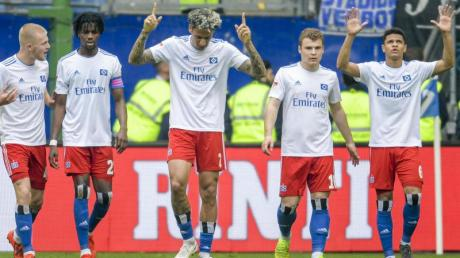 Die Hamburger feiern den Treffer von Leo Lacroix (M) gegen den MSV Duisburg. Foto: Axel Heimken