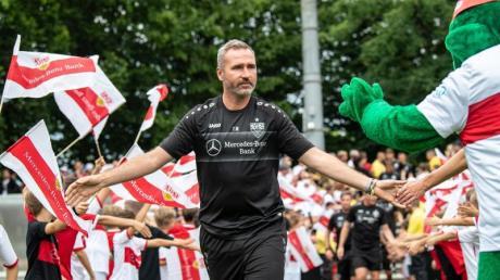 Große Kulisse: Stuttgarts Trainer Tim Walter wird zum Training mit dem Team von rund 4500 Fans empfangen.