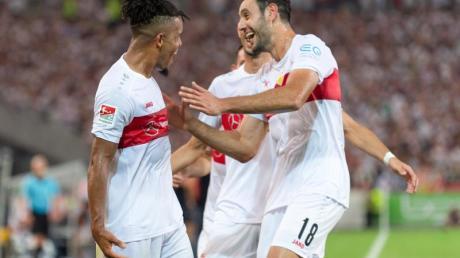 Stuttgartss Daniel Didavi (l) jubelt nach dem Tor zum 2:0 mit der Mannschaft.