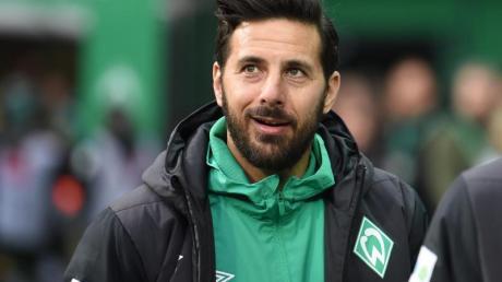 Werders Claudio Pizarro wünscht dem Hamburger Sport Verein einen möglichst schnellen Aufstieg in die Fußball-Bundesliga. Foto: C. Jaspersen