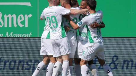 Die Fürther Spieler feiern den Sieg gegen Jahn Regensburg. Foto: Daniel Karmann