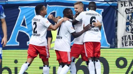 Die Hamburger bejubeln den Führungstreffer durch Lukas Hinterseer (hinten).