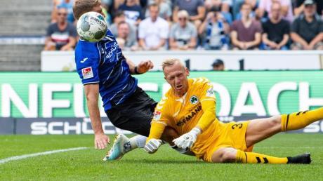 Fürth-Keeper Sascha Burchert versucht gegen Bielefelds Fabian Klos zu klären.