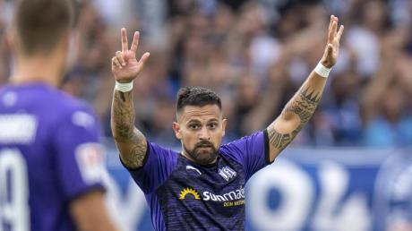 Osnabrücks Marcos Alvarez jubelt nach seinem Tor zum 1:0 gegen den KSC.