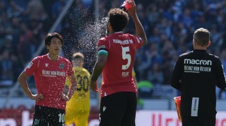 Abkühlung nach der Heimpleite: Hannovers Spieler wirken ratlos. Foto: Peter Steffen