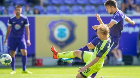 Aues Tom Baumgart (r) zieht ab und trifft zum 1:0 gegen Bochum. Foto: Robert Michael