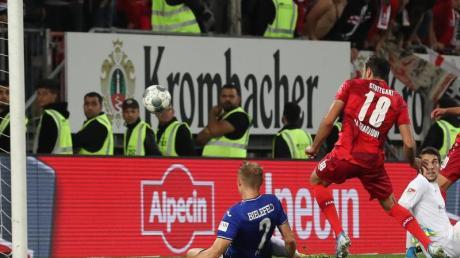 Torschütze Hamadi Al Ghaddioui (M/18) vom VfB schiebt zum 1:0 gegen Bielefelds Amos Pieper (l) und Torwart Stefan Ortega (3.v.l) ein. Foto: Friso Gentsch