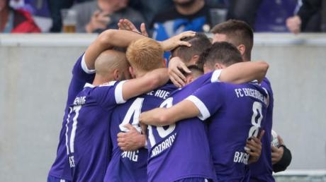 Die Spieler von Erzgebirge Aue jubeln nach dem Tor zum 3:1 gegen Dynamo Dresden. Foto: Sebastian Kahnert