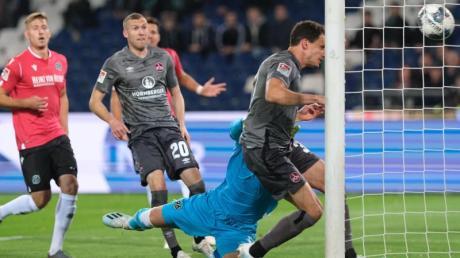 Georg Margreitter macht für den FC Nürnberg das Tor zum 1:0 gegen Hannover 96 per Kopf. Foto:Peter Steffen