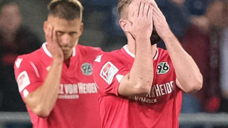 0:4-Heimniederlage gegen Nürnberg: Hannovers Marc Stendera (r) und Waldemar Anton schlagen die Hände vor den Kopf.