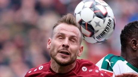 Fällt für Hannover beim Spiel in Dresden aus: Marvin Bakalorz (l) im Duell mit einem Gegenspieler. Foto: Peter Steffen/dpa