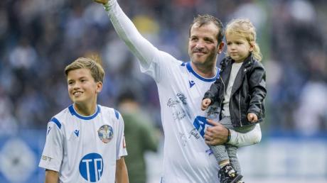 Rafael van der Vaart bedankt sich nach seinem Abschiedsspiel mit seinen Kindern Damian (l) und Jeslyn beim Hamburger Publikum. Foto: Axel Heimken/dpa