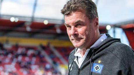Will dne Druck von seinen Spielern halten: HSV-Coach Dieter Hecking. Foto: Matthias Balk/dpa