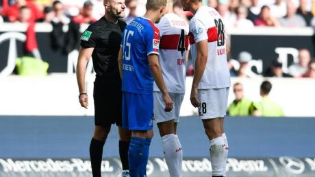 Stuttgarts Holger Badstuber (r) geriet mit Schiedsrichter Benedikt Kempkes aneinander. Foto: Tom Weller/dpa