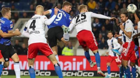 Torjäger Fabian Klos (3.v.l.) köpfte zum 1:1 für Bielefeld gegen den HSV ein. Foto: Friso Gentsch/dpa