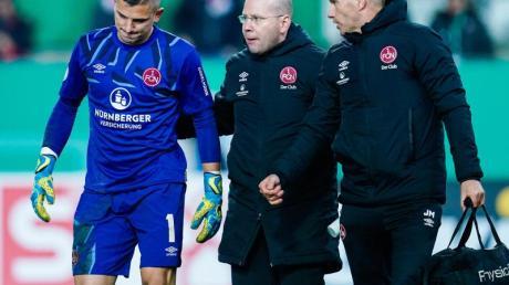 Hat sich beim Pokalspiel in Kaiserslautern verletzt: Nürnbergs Torwart Patric Klandt (l).