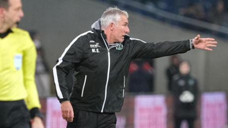 Droht bei Hannover das Aus: 96-Coach Mirko Slomka. Foto: Peter Steffen/dpa