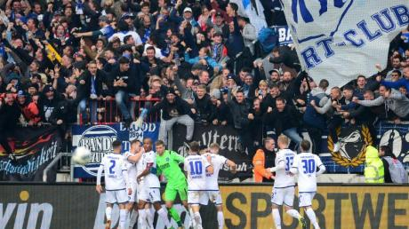 Nach dem Punktgewinn bei St. Pauli hatten die KSC-Fans doch noch Grund zum Feiern in Hamburg.