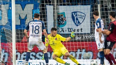 Bochums Manuel Wintzheimer (l) hat das Tor zum 3:0 gegen Nürnbergs Torwart Patric Klandt (M) erzielt.