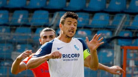 Der VfL Bochum verlängerte den Vertrag mit Kapitän Anthony Losilla (r).