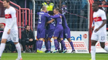 Osnabrücks Spieler (M) feiern das 1:0 gegen den VfB Stuttgart. Foto: Guido Kirchner/dpa