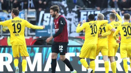 Bielefelds Voglsammer (3.v.r) jubelt mit seinen Kollegen Prietl (h, l-r), Yabo, Brunner und Hartel über seinen Treffer zum 2:0. Foto: Daniel Karmann/dpa