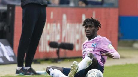 Wegen rohen Spiels gesperrt: HSV-Profi Bakery Jatta (r). Foto: Frank Molter/dpa
