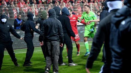 Union-Torhüter Rafal Gikiewicz stellte sich den Chaoten entgegen. Foto: Britta Pedersen, Andreas Gora/dpa
