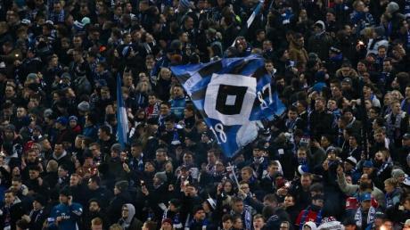 Der Hamburger SV will kontrolliert Pyrotechnik abbrennen lassen. Foto: Christian Charisius/dpa