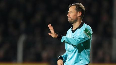 Schiedsrichter Markus Schmidt hält eine Null-Toleranz-Politik im Fußball für diskussionswürdig. Foto: Friso Gentsch/dpa