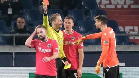 Kurz nach seinem nicht gewerteten Treffer sah der verhinderte Torschütze Marc Stendera (l) von Hannover 96 auch noch die Rote Karte.
