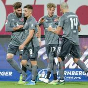 Der 1. FC Nürnberg spielt in der 2. Liga heute beim Fußball am 26.5.20 gegen Regensburg. Hier gibt es die Infos zur Übertragung im TV und Stream.