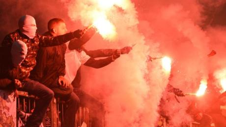 Fans zünden Pyrotechnik auf der Tribüne.