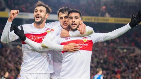 Nicolas Gonzalez (r) vom VfB Stuttgart jubelt nach seinem Tor zum 2:0 mit Hamadi Al Ghaddioui (l) und Marc Oliver Kempf.