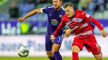 Aues Jan Hochscheidt (l) in Aktion gegen Bielefelds Joakim Nilsson.