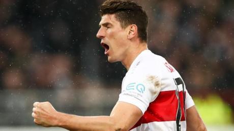 Stuttgarts Mario Gomez feiert sein Tor zum 1:1 beim FC St. Pauli.
