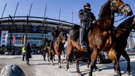 Ein großes Polizeiaufgebot wird das Hamburger Stadtderby begleiten.