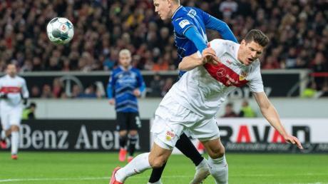 Teilten sich im Zweitliga-Spitzenspiel in Stuttgart die Punkte: Bielefelds Joakim Nilsson (l) und VfB-Torschütze Mario Gomez.