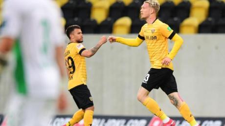 Die Dynamo-Spieler Simon Makienok (r) und Sascha Horvath feiern den Treffer zum 1:1 gegen Greuther Fürth.