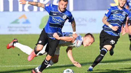 Der Bielefelder Jonathan Claus (l) setzt sich gegen Emanuel Taffertshofer durch.