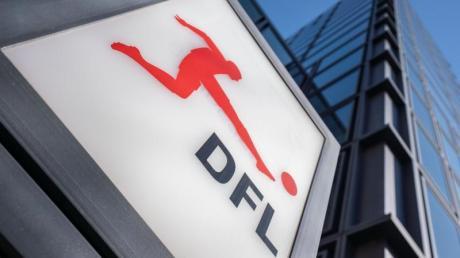 Das Logo der Deutschen Fußball Liga (DFL) am Eingang zur Zentrale in Frankfurt am Main.