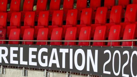 Der Schriftzug «Relegation 2020» ist an der leeren Tribüne angebracht.