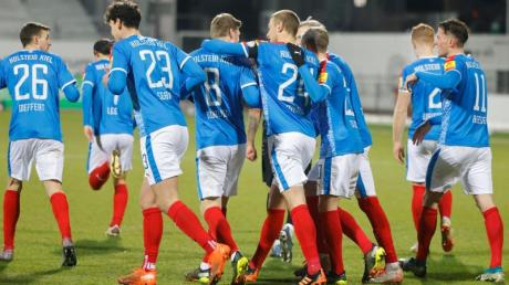 Die Kieler feiern das 1:0 über die Würzburger Kickers.