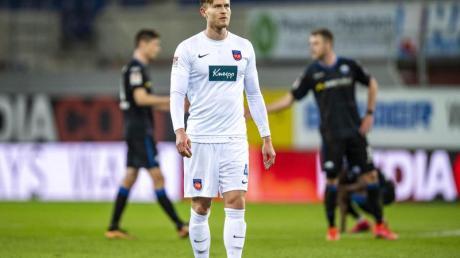 Heidenheims Oliver Steurer zeigt sich nach dem späten Ausgleich durch Paderborn nach dem folgenden Schlusspfiff enttäuscht.